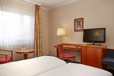 Blick auf den Schreibtisch und den Sky-TV eines Komfort-Doppelzimmers im H+ Hotel Lampertheim