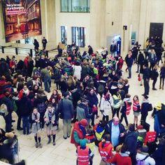 Tant qu'à faire je préfère que les gens qui débarquent en train dans la capitale de l'Europe tombent sur cette invasion de foulard. #lesscouts #wosm