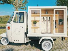 A lovely Vintage three wheels van, which makes the difference to your wedding!Vintage Italian mood and style. Mobile Bar. Prosecco Van.