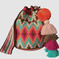 #wayuu #wayuubag #wayuubags #wayuubolsas #wayuuçanta #wayuugreen #wayuuworld #wayuumochila #wayuuclutch #wayuuhat #wayuustyle #wayuulover #wayuulovers #mochilaswayuu Tapestry Crochet Patterns, Tapestry Bag, Craft Bags, Crochet Purses, Crochet Accessories, Boho, Desert Sun, Crochet Projects, Clear Sky