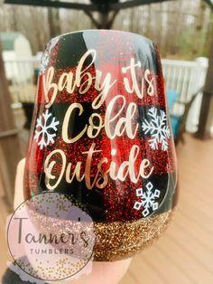Baby it's cold outside! Baby it's cold outside! Christmas Tumblers, Christmas Cup, Tumblr Cup, Diy Tumblr, Glitter Wine, Glitter Cups, Glitter Tumblers, Drive In, Vinyl Tumblers