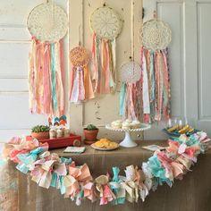 decoration baby shower boheme chic capteurs de reves boho chutes tissu couleurs pastel napperons #baby #decoration #ideas
