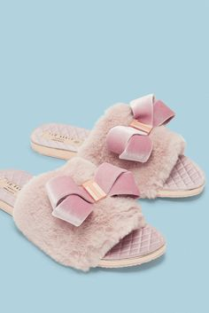 Treat your feet to a touch of Ted luxury with the cosy BLINGS slippers. This slip-on pair is crafted from soft faux fur with a quilted base for ultimate comfort, finished elegantly with an oversized bow. Black Combat Boots, Mid Calf Boots, Moto Boots, Fur Oversize, Princess Gifts, Cute Lazy Outfits, Shoes Boots Ankle, Cozy Fashion, Fashion Ideas