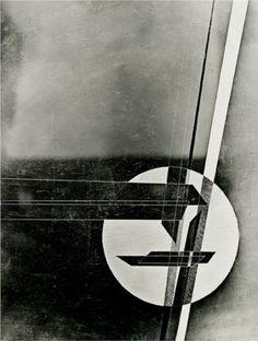 Artista: Laszlo Moholy-Nagy, obra de 1931 Estilo Construtivista. O construtivismo foi grande inspiração para o mundo do design, foi criada por motivos políticos na Rússia, que nasceu da necessidade de propagandas e urbanísticas, o suprematismo foi uma linha de inovação para o Contrutivismo, relançou assim a abstração geométrica, por exemplo esta obra está represenda por um círculo branco, com uma semelhança da técnica de ruptura que é a montagem, neste caso colagem.