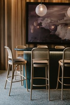 Get inspiration for your bar project! Interior design trends to help to decor your bar! Architecture Restaurant, Restaurant Design, Modern Restaurant, Cafe Bar, Bistro Interior, Modern Interior, Bar Cart Decor, Pub Decor, Counter Design