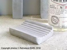 On aime la sobriété et la matière béton de ce porte-savon qui s'intégrera dans beaucoup de salle de bain. Un porte-savon Ib Laursen.