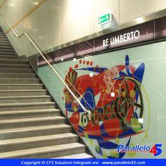 Vetrofania presente alla stazione della metropolitana Re Umberto di Torino, firmata da Ugo Nespolo per GTT.