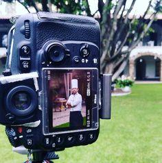 Nuestro #chef en #Anticavilla es #fotogénico 📷 #chefwhites #picture #foto #camera #cámara #photogenic #shooting #presentation #gorrodechef #restaurant #cuisine #gourmet #cuernavaca #morelos foto vía @chef.alejandro.jasso