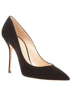 Scarpin preto em couro, Casadei. Possui salto agulha revestido em couro e solado em couro.
