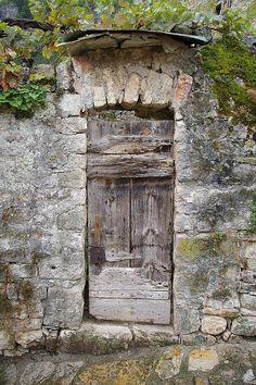Une vieille porte à sainte Enimie-Lozère-France