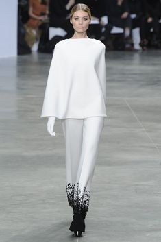 Stéphane Rolland Spring Couture Clearly a collection for people who make less of a mess eating than I. Modern Fashion, New Fashion, Runway Fashion, Fashion News, High Fashion, Fashion Outfits, Womens Fashion, Fasion, Stephane Rolland