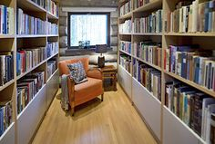 Srub u jezera manželé propojili s moderním proskleným objektem - Novinky. Bookcase, Shelves, Living Room, Ceramics, Home Decor, Ceramica, Shelving, Pottery, Decoration Home