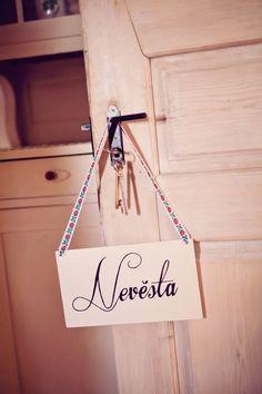 Dřevěná tabulka, která označuje pokoj, kde se připravuje nevěsta.