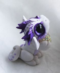 Oooomg how adorable; White Glitter and Purple Bitty Baby Dragon by BittyBiteyOnes Polymer Clay Kunst, Polymer Clay Dragon, Polymer Clay Figures, Polymer Clay Animals, Cute Polymer Clay, Cute Clay, Polymer Clay Projects, Polymer Clay Charms, Polymer Clay Creations
