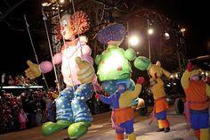 Voici une photo prise lors d'un des deux Défilés de nuit du Carnaval 2012. Quelle belle activité familiale! :) / Here's a 2012 Night Parade's picture. What an awesome family activity! :)