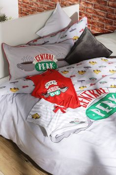Primark's Friends TV show bedroom bedspread with Central Perk coffe shop pajamas Friends Episodes, Friends Moments, Friends Series, Friends Forever, New Friends, Friends Tv Show Gifts, Chandler Bing, Friends Merchandise, Fashion Show Party