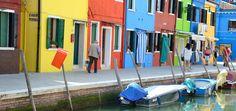 Burano ist einen Ausflug wert. Die Fischerinsel fasziniert durch seine bunten Häuser und ist noch nicht so überlaufen wie Venedig. Tipps zum Besuch