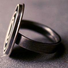 Moderne sterling silver ring met geoxideerd door hartleystudio