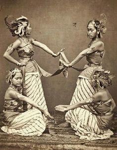 Serimpidanseressen van de regent te Bandoeng. 1863-1865 Vintage Photos Women, Vintage Pictures, Vintage Photographs, Vintage Images, Javanese, Dutch East Indies, Bali, Historical Pictures, World Cultures