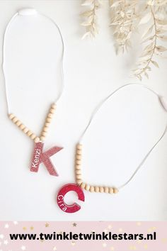 Deze mooie kinderketting met letter is volledig handgemaakt. De letter is in hars gegoten en gevuld met glitters naar keuze. Vervolgens is de letter bedrukt met naam. De ketting is verder gedecoreerd met mooie blanke houten kralen. Deze gepersonaliseerde kinderketting is een musthave voor elk meisje! #kinderketting #kettingmetnaam #meisjesketting #letterketting #kralenketting Twinkle Star, Twinkle Twinkle, Lettering, Jewelry, Jewlery, Jewerly, Schmuck, Drawing Letters, Jewels