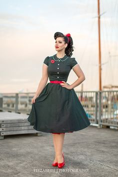 Rockabilly girl in retro pin-up tea length dress Pin Up Vintage, Retro Pin Up, Look Vintage, Vintage Mode, 50s Pin Up, Vintage Woman, Vintage Party, Vintage Stuff, Retro Vintage