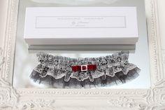 grau schwarz weiß hochzeit gotisch tüll spitze rot strumpfband strumpfbänder braut hochzeitsstrumpfband handgefertigt gotische strumpfband für braut dawanda