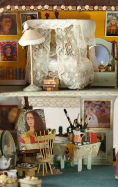 10 Most Beautiful and Amazing Doll Houses Frida Khalo Doll House Cuban-American artist Elsa Mora created this lovely miniature doll house fe. Frida Kahlo Diego Rivera, Frida And Diego, Miniature Rooms, Miniature Houses, Dollhouse Dolls, Dollhouse Miniatures, Dollhouse Ideas, Frida Art, Barbie House