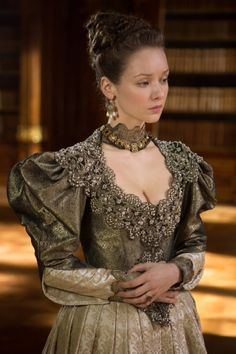 Alexandra Dowling as Queen Anne inThe Musketeers (TV Series The Musketeers Season 1, The Musketeers Tv Series, Bbc Musketeers, Theatre Costumes, Movie Costumes, Milady De Winter, Musketeer Costume, Moda Medieval, Medieval Castle