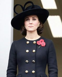 Kate Middleton Photos - Catherine, Duchess of Cambridge during the annual Remembrance Sunday memorial on November 2017 in London, England. Cabelo Kate Middleton, Moda Kate Middleton, Style Kate Middleton, Kate Middleton Photos, Estilo Real, Duchesse Kate, Alexander Mcqueen, Cute Winter Coats, Style Royal
