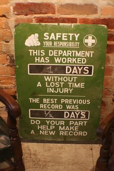 Safety Sign Safety Fail, Industrial Signs, Safety First, School Signs, Work Humor, Funny Signs, Health And Safety, Vintage Signs, No Response