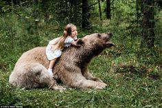 Jaw-dropping pictures show an enormous grizzly bear called Stepan cuddling up to children in the forest. He was adopted by a Russian couple aged just three months. Animals For Kids, Animals And Pets, Baby Animals, Cute Animals, Beautiful Creatures, Animals Beautiful, Kid Poses, Fantasy Photography, Brown Bear