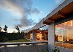 A huge concrete beam appears to balance on its edge along the roof of this Hawaiian house.
