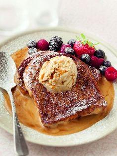 Sucré - Brioche perdue au caramel. Préparation 10mn- cuisson 5mn. Ingrédients pour 4 pers.: 4 tranches de brioche sucrée- 2 oeufs- 1/2 litre de lait- 60 g de sucre en poudre- 4 boules de glace au caramel salé (ou caramel, voire vanille, à défaut)- une briquette de crème épaisse (20 cl)- caramel liquide- 25 g de beurre. Recette sur le site.