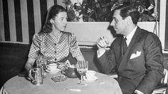 Fulco di Verdura dîne avec la socialite Mary Benedict Cushing, femme du milliardaire américain Vincent Astor, à New York en 1943.
