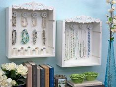 DIY Wine Crate Jewelry Display Box Tutorial and it looks like those are thread spools that are holding the rings. Jewelry Display Box, Jewellery Storage, Display Boxes, Display Ideas, Diy Jewelry, Jewelry Wall, Jewelry Holder, Jewelry Box, Display Case