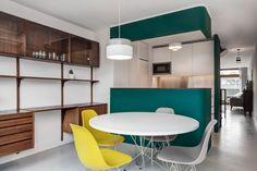 C'est si paisible, simple et moderne, cetécrin blanc mis en valeur dans chaque pièce par un seul mur de couleur. Un sol clairpour un appartement moderne