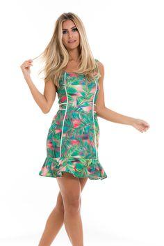 Estampa tropical! As folhagens invadem as roupas e este vestido com babadinhos na barra é uma fofura!
