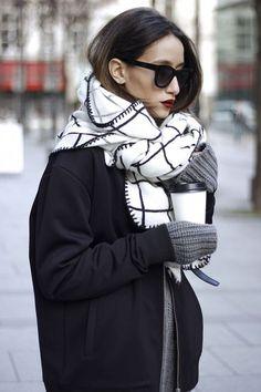 Un look d'hiver avec une écharpe à carreaux