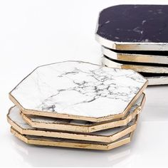 marble accessories Arent these coasters marbleous Click through for more ways to incorporate trendy marble into your home. Vase Deco, Table Cafe, Accessoires Iphone, Marble Coasters, Gold Coasters, Resin Art, Terracotta, Office Decor, Home Accessories