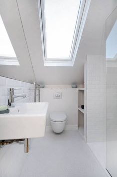 Une salle de bains sous les #combles..  http://www.m-habitat.fr/par-pieces/cave-et-combles/amenager-une-salle-de-bains-sous-les-combles-2665_A