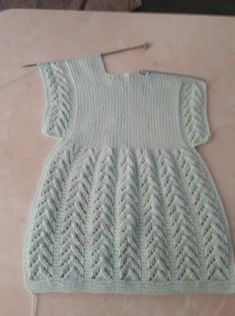 New Simple Knit Baby Dress Ideas Girls Knitted Dress, Knit Baby Dress, Knitted Baby Clothes, Smock Dress, Baby Knitting Patterns, Knitting Designs, Baby Patterns, Cardigan Bebe, Baby Cardigan