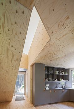 Interesting combination of timber faced inner walls and (poss) plastered external walls. Cool kitchen! Happy Cheap House by Tommy Carlsson