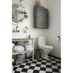 All white shabby chic bathroom is look gorgeous with chessboard tile. #interior #interiordesign #desaininterior #idea #design #house #rumah #bathroom #bathroomdesign #desainkamarmandi #kamarmandi #chessboard #tile #shabbychic #chessboardtile #white