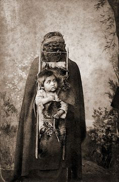 """Cabinet Card made by: Heitmuller & Pagnard, Traiguen Chile. Handwritten caption: """"Indienne portant un enfant"""" [Indian woman carrying a child] Certainly she is a Mapuche Indian. Geronimo, Native American Tribes, Native Americans, Creepy Images, We Are The World, First Nations, Tribal Art, South America, American History"""