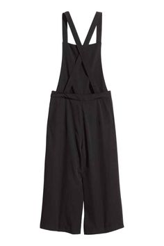 bib-front culottes in airy woven fabric. Straps crossed at… Cozy Fashion, Fashion Outfits, Fashion Trends, Outfits Kawaii, Salopette Short, Cute Overalls, Kids Outfits, Cute Outfits, Style Noir