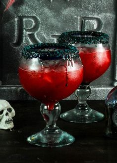 Raspberry margarita with peach made with raspberry puree, peach juice, lime, and tequila make this the perfect blood red Halloween cocktail! Raspberry Margarita, Peach Margarita, Peach Sangria, Peach Juice, Halloween Party Drinks, Halloween Punch, Party Food And Drinks, Halloween Alcoholic Drinks, Halloween Ideas