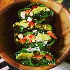 Let's lookie inside. Guacamole kale wraps parte #2. Just wilt kale or any other leafy green by soaking in warm water for a few minutes, then stuff with whatever you want and enjoy! You can get this full recipe on Clutchmagonline.com ♡♡ #leafygreencrew