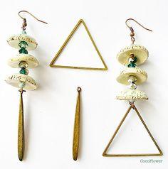 boucle d oreille dépareillée, asymétrique, coupelle, dissymétrie, triangles, pendentif triangle, bijoux géométrique : Boucles d'oreille par cocoflower