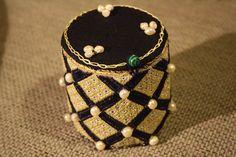 Pudełko haftowane jedwabiem, ozdobione perłami.