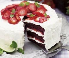 Denna praktfulla Red velvet cake med söta jordgubbar är en given favorit på sommarkalaset. Din rödbruna kaka är i perfekt kontrast mot den kritvita, goda frostingen som återfinns både i och på din tårta. Garnera med vackra jordgubbar och servera.